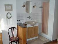 Sprchový kout s umyvadlem na samostatných pokojích