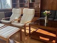 Sedací souprava v obývacím pokoji - rekreační dům k pronájmu Nové Město na Moravě