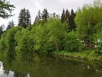 Naše řeka a chalupa hezky schovaná na břehu :) - Želiv