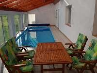 bazén v suterénu o velikosti 8x3m - chalupa k pronajmutí Jelcovy Lhotky