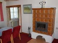 Obývací prostor s krbem s krbovou vložkou
