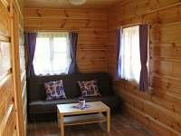 Obývací pokoj s pohovkou - chata ubytování Kramolín
