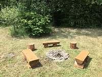 Ohniště s posezením u lesa - chata ubytování Kramolín