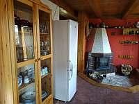 hlavní místnost s ledničkou - Červená Řečice