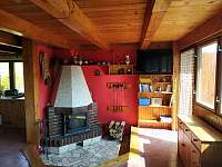 obyvací místnost s krbem - chata ubytování Červená Řečice
