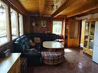 obývací místnost se sedací soupravou - chata k pronájmu Červená Řečice