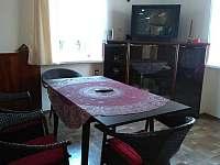 Posezení v obývací místnosti u televize. - Havlíčkova Borová