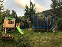 Trampolína a dětský domeček