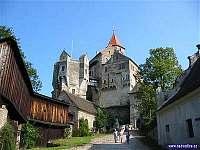 Hrad Pernštejn 3 km - žlutá turistická značka vede kolem chaty - pronájem chalupy Věžná