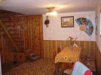 Společenská místnost(schody do patra) - pronájem chalupy Věžná