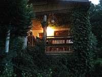 Večerní pohoda na terase - chalupa k pronájmu Věžná