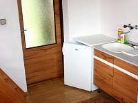 Kuchyňská linka + lednice v přízemí - chata k pronajmutí Urbanov
