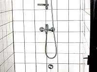 V suterénu sprchový kout