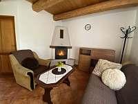 Obývací pokoj s krbem - chata ubytování Kramolín