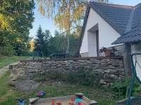 venkovní posezení u vchodu - Staré Bříště - Vlčí Hory