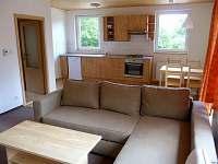 Obývák - pohled do kuchyňského koutu - chata ubytování Tři Studně