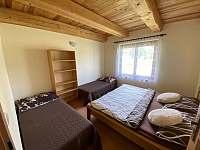 Čtyřlůžkový pokoj v přízemí - pronájem chaty Kramolín