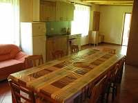 Obývací pokoj s kuchyní - chata k pronajmutí Kramolín