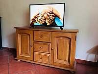 TV v přízemí - pronájem chaty Kramolín