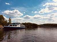 Výletní parník Horácko u břehu Dalešické přehrady - chata k pronajmutí Kramolín