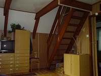obývací pokoj, schodiště do podkrovních pokojů