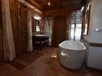 Koupelna vanou a sprchou a WC, další samostatné WC je vedle - chalupa k pronájmu Krasonice
