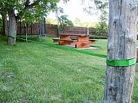 Lajna - naučte se chodit po provaze :-), vzadu trampolína - chalupa k pronajmutí Krasonice