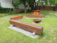 Ohniště a posezení na zahradě