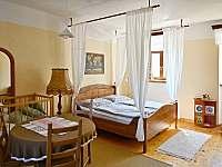 Vejminek - ložnice s velikou postelí s nebesy - Krasonice