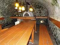 Velký stůl ve sklepě, vejde se k němu hódně milovníků dobrého jídla i pití - Krasonice