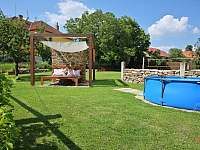 Z postýlky u bazénu máte děti pod dohledem, za zdí volejbalové hřiště - Krasonice