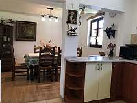 Kuchyně s jídelním koutem - pronájem chalupy Ústí