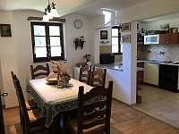 Kuchyně s jídelním koutem - chalupa k pronájmu Ústí