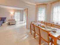 Jídelní kout navazující na obývací pokoj - pronájem vily Štoky