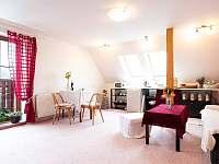 Pravá část pokoje, kuchyňský kout, stůl i sedačka. - apartmán k pronajmutí Holetín u Hlinska