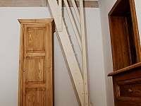 Schodiště na vyvýšené spaní v bílém pokoji - Cejle - Hutě