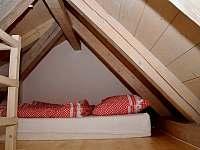 Vyvýšené spaní bílý pokoj - Cejle - Hutě