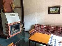 Obývací pokoj s vnitřním krbem - chata k pronajmutí Vaneč
