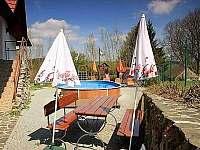 sezení u bazénu - pronájem chalupy Veselý Kopec