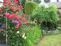 Část rozkvetlé zahrady na jaře.
