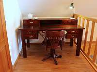 pracovní stůl ve společných prostorách chalupy