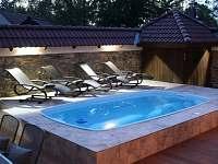 terasa s bazénem a vířivkou