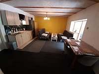 Ap.č.1.Společenská místnost, televize 134cm,kuch.linka, krb,2 sedačky,stůl židle - pronájem chalupy Maksičky