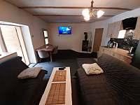 Ap.č.1.Společenská místnost, televize 134cm,kuch.linka, krb,2 sedačky,stůl židle - chalupa ubytování Maksičky