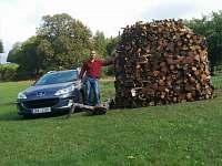 Majitel chalupy, dřeva na zimu do krbů máme dostatek.