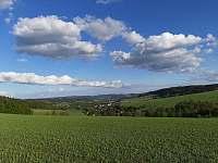 Okolní krajina ,pohled z Luckého vrchu na údolí. - Maksičky