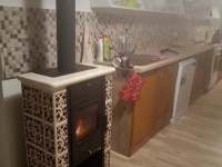 Kachlová kamínka v kuchyni - chalupa k pronajmutí Leštinka