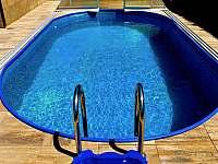 bazén - chata k pronájmu Police