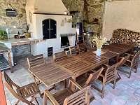 Venkovní posezení s grilem - chalupa k pronájmu Kamenice u Jihlavy