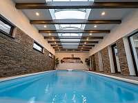 bazén 8x3x1,6m - chalupa k pronájmu Police